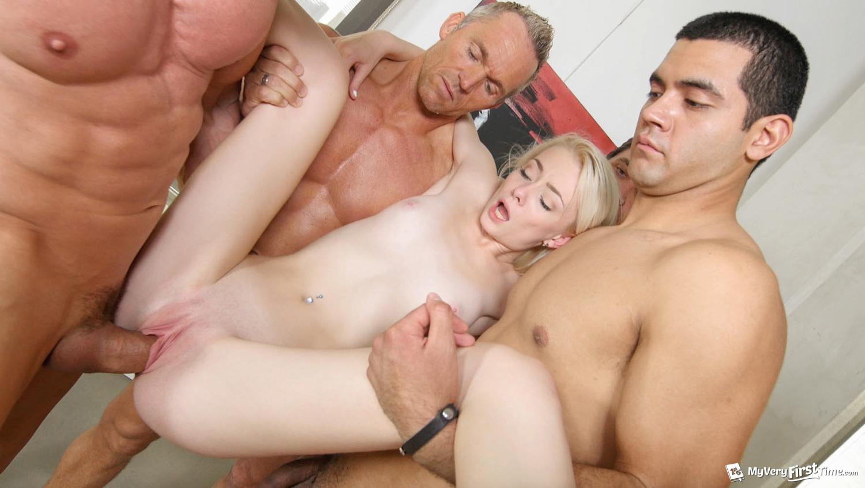 5 парней трахают молодую блондинку