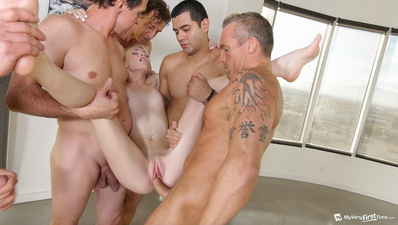 Пять парней трахают 2 фотография